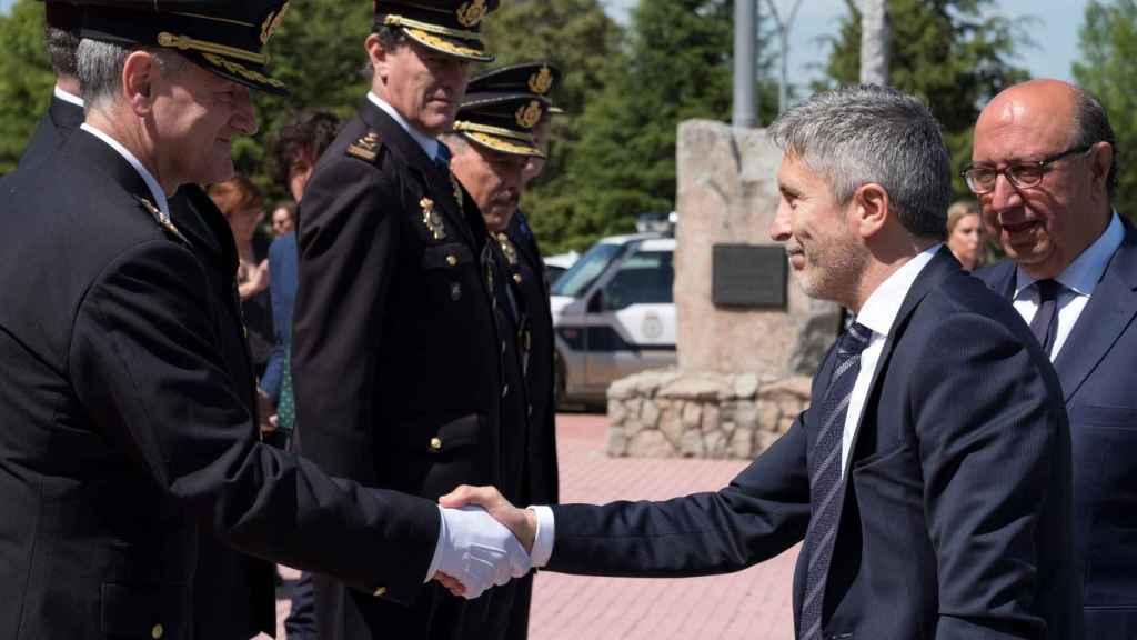 Marlaska, acompañado por el director general de la Policía, Germán López (d), saluda al director de la Escuela Nacional de Policía de Ávila