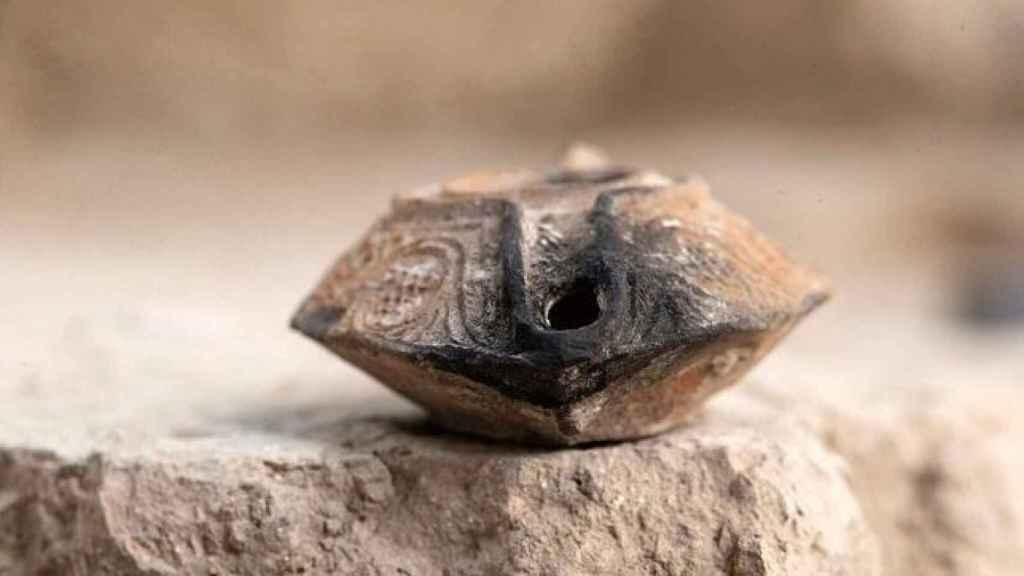 El amuleto descubierto en Jerusalén.