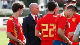 Rubiales junto a los jugadores de la Selección. Foto sefutbol.com