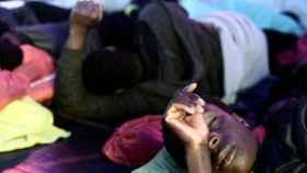 Algunos inmigrantes a bordo del 'Aquarius' descansan durante su travesía hacia Valencia.