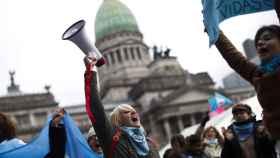 Manifestantes en la plaza del Congreso argentino