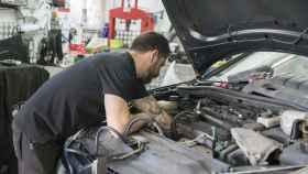 Un mecánico revisa el motor de un automóvil.