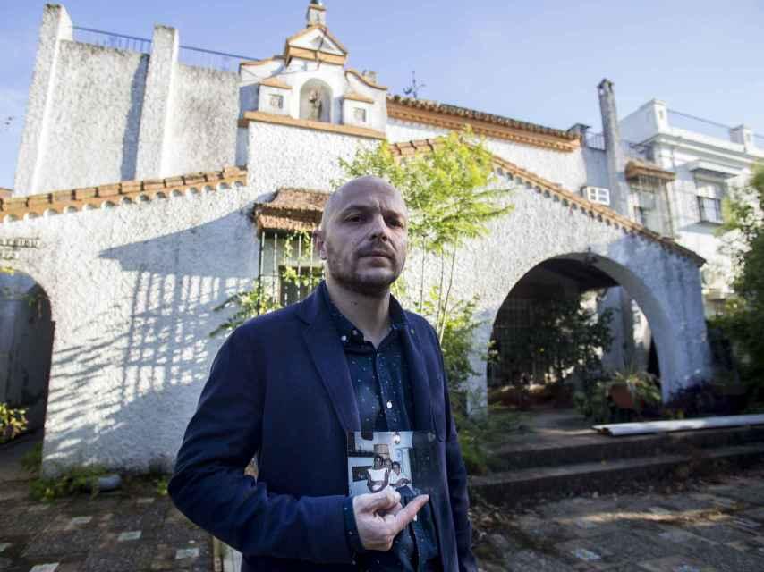 Francisco Javier Muñoz frente a la puerta de casa que perteneció a su padre hasta poco después de su fatal desenlace. Foto Fernando Ruso