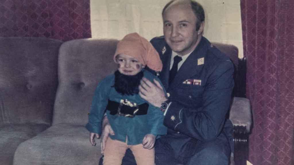 Francisco Javier Muñoz, de pequeño, en brazos del doctor Muñoz Cariñanos, quien ejercía de padrino ocultando al pequeño que realmente era su padre. Foto CEDIDA