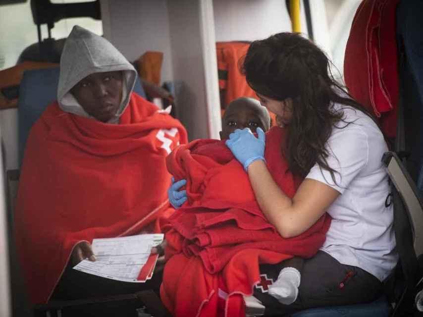 Entre los alrededor de 450 inmigrantes que llegaron este viernes, varios de ellos eran menores de edad. Cruz Roja los atendió a todos.