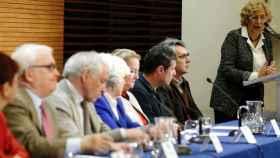 Manuela Carmena y los miembros de la Comisión de la Memoria Histórica.