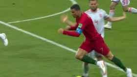 Rochi señaló penalti por esta acción. Foto: Twitter (@elchiringuitotv).