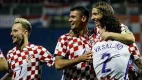 Los jugadores de Croacia abrazan a Modric por su gol. Foto: Twitter (@chirichampions)