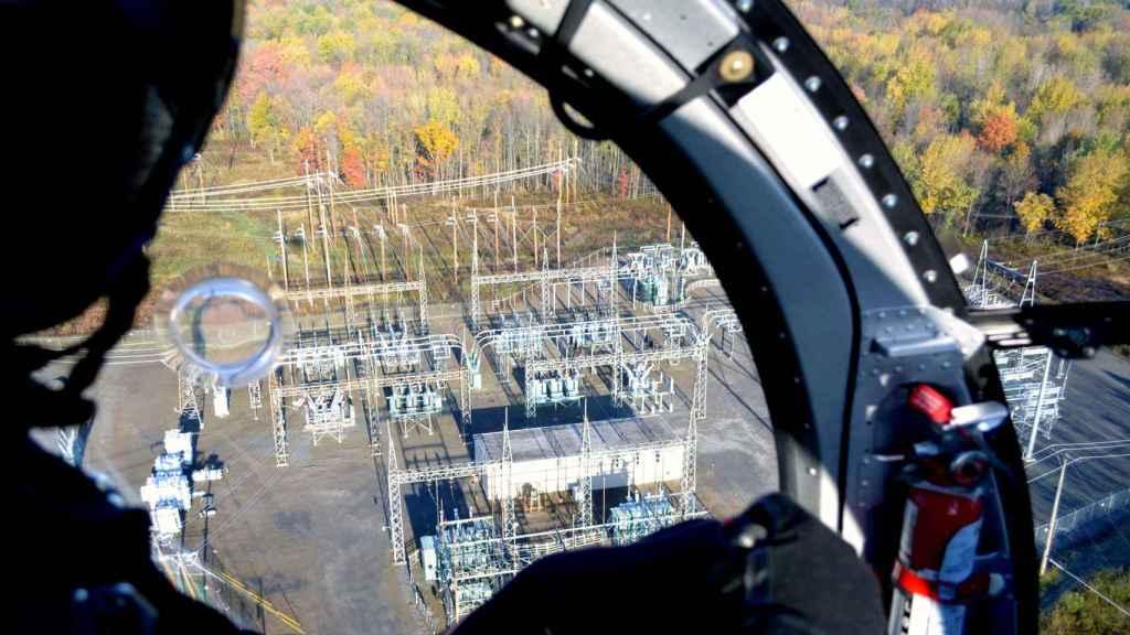 Un operario revisa en helicóptero las instalaciones de distribución de Avangrid.