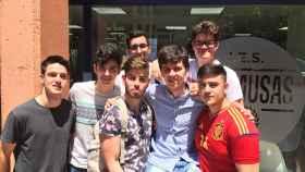 Víctor Sierra, en el centro, aupado por sus compañeros del Instituto de Las Musas.