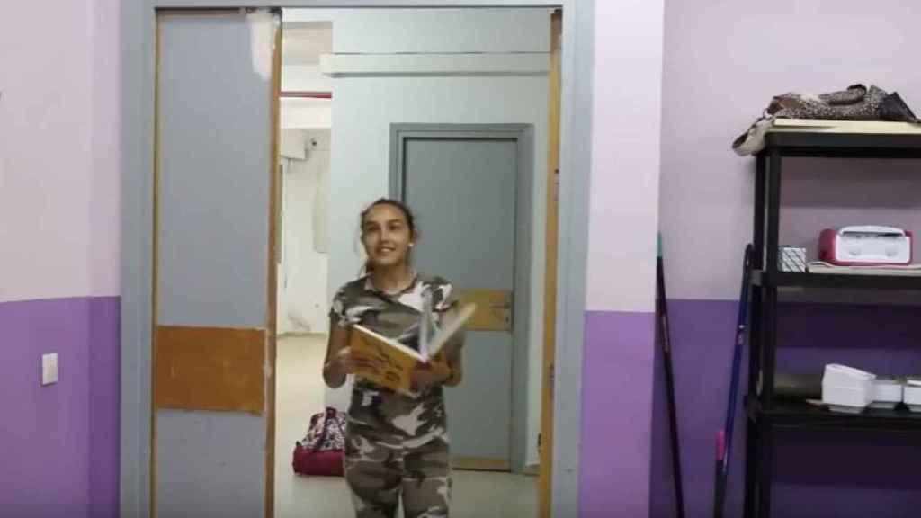 Una de las alumnas del centro, en la campaña para recaudar fondos para la biblioteca.