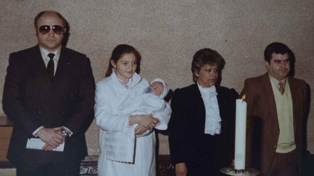 Francisco durante su bautizo junto a su madre y a su padre legal y su padre biológico, este último ejerciendo de padrino.
