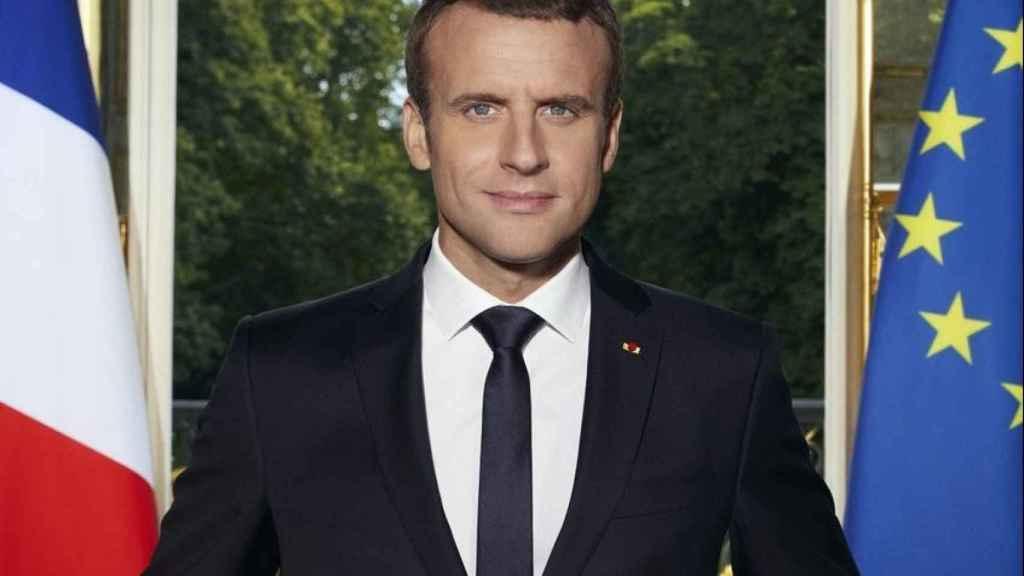 Fotografía oficial de Macron mostrada en la exposición.
