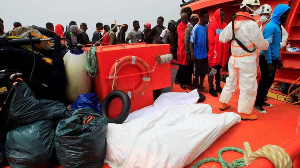 Cadáveres de inmigrantes, en un barco de Salvamento Marítimo.