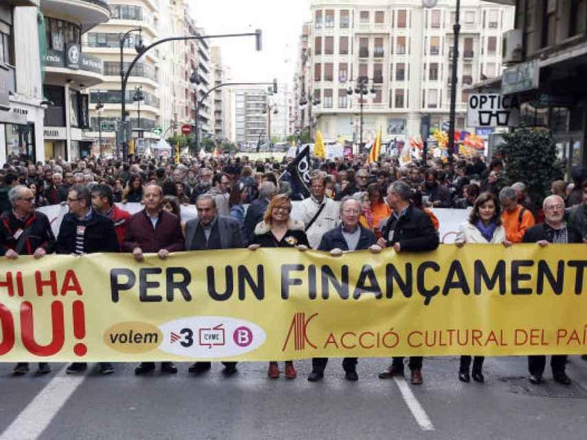 Manifestación de Acció Cultural en la que participaron, entre otros, PSPV, Compromís y Podemos.