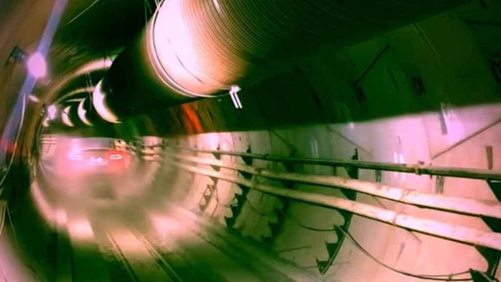 Tesla por un túnel de The Boring Company.