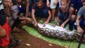 Los habitantes de Persiapan Lawela que encontraron a la mujer.