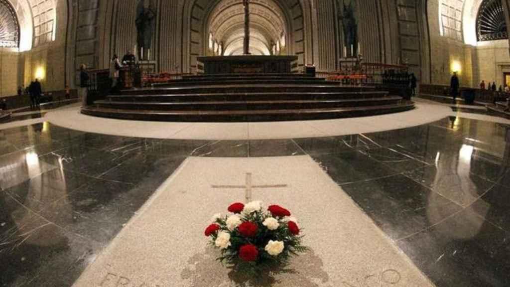 Ofrendas florales en la tumba de Franco y José Antonio, en el Valle de los Caídos.