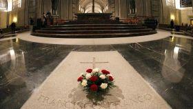 Ofrendas florales en la tumba de Franco, en el Valle de los Caídos.