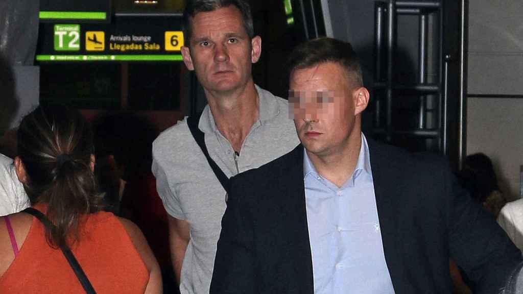 Urdangarin, en el aeropuerto, a su llegada a Madrid horas antes de ingresar en prisión.