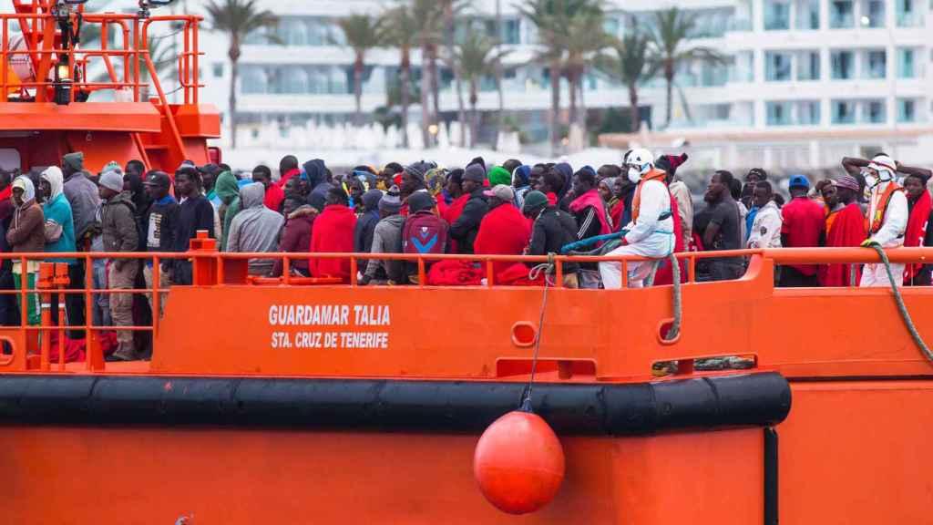 Un grupo de migrantes llegan al puerto de Gran Canaria tras haber sido rescatados en el mar