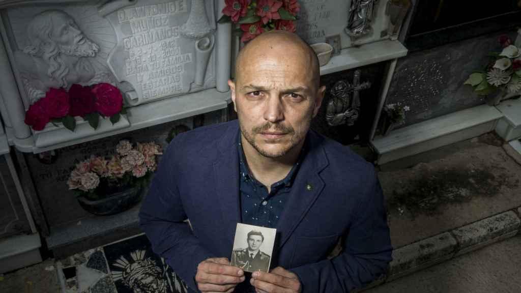 El hijo ilegítimo del doctor Muñoz Cariñanos, Francisco Javier Muñoz, ante la tumba de su padre.