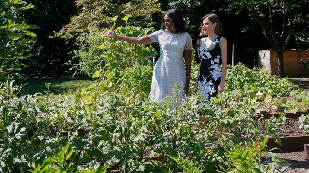 Michelle Obama y la reina Letizia en el huerto ecológico.