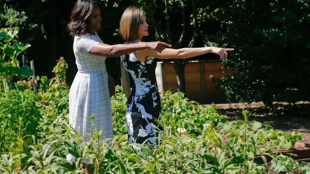 Michelle Obama y la reina Letizia en el huerto de la Casa Blanca.