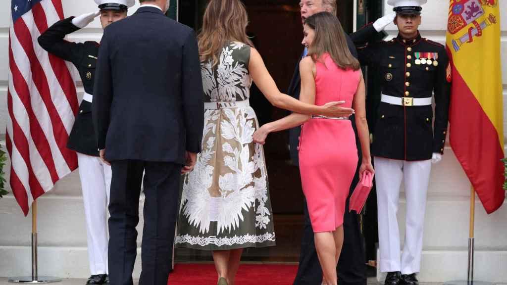 Letizia y Melania, cariñosas en su saludo.