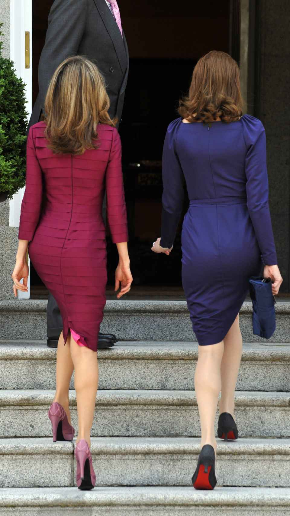 Letizia y Carla Bruni subiendo las escalinatas de Zarzuela.