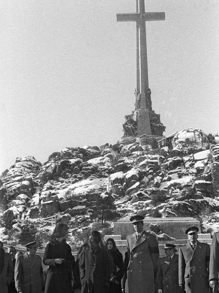 Los reyes abandonan la basílica del Valle de los Caídos tras la misa del funeral.