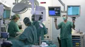 Médicos en el quirófano.