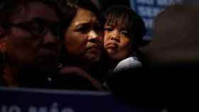 Una madre y su hijo en una manifestación contra las medidas de Trump.