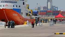 El Aquarius, durante su desembarco en el puerto de Valencia