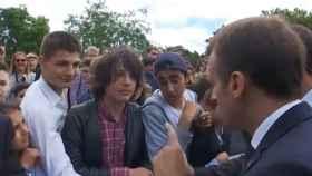 Macron abroncando a un joven por llamarle 'Manu'.
