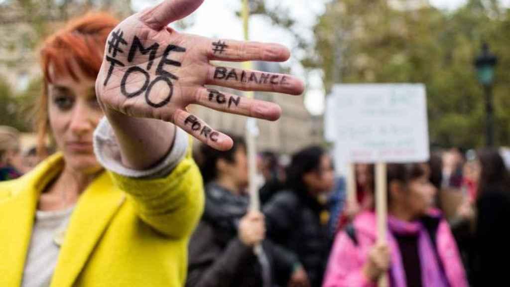 Una manifestante contra el abuso y el acoso sexual.