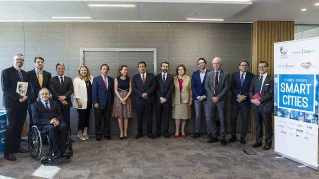 Foto de familia del I Foro EL ESPAÑOL sobre Smart Cities. De izquierda a derecha: Miguel Ángel Uriondo, redactor jefe de Empresas y Medios de EL ESPAÑOL.