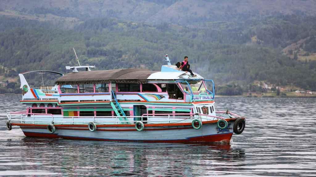 Un barco similiar al KM Sinar Bangun, buque que ha naufragado.