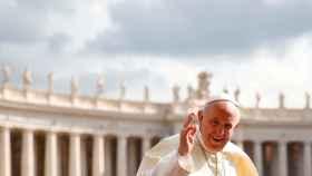 El Papa llega a la Plaza de San Pedro en el Vaticano.