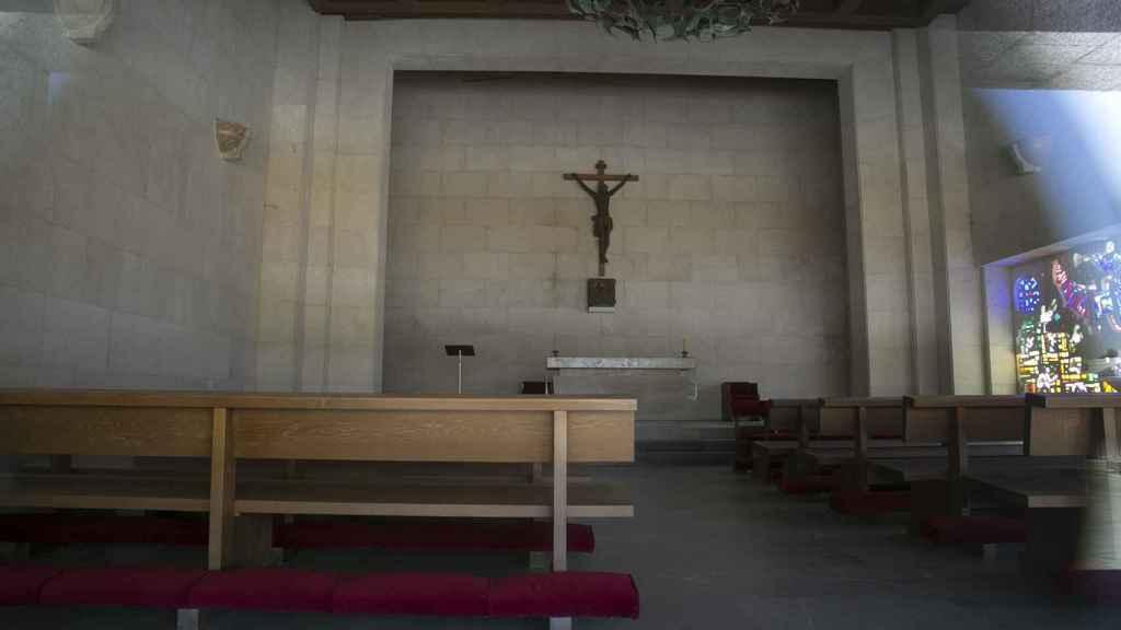 Fotografía tomada a través del cristal de la capilla que está sobre la cripta.