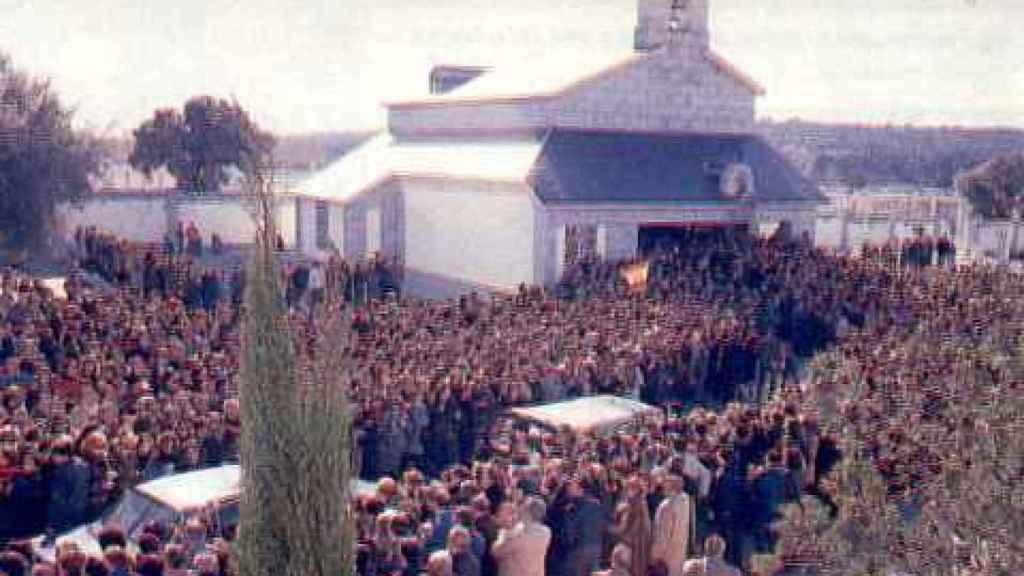 La multitud que rodeó la cripta de Carmen Polo el día de su entierro.