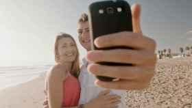 usar el movil en la playa verano internet en la playa internet para las vacaciones