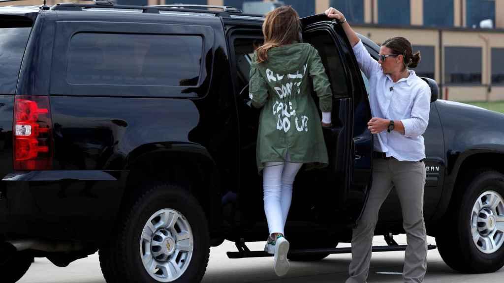 Melania con la chaqueta y su mensaje Realmente no me importa, ¿y a ti?.