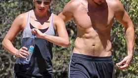 La actriz Lea Michele y su pareja Matthew Paetz practicando senderismo por las colinas de Beverly Hills.