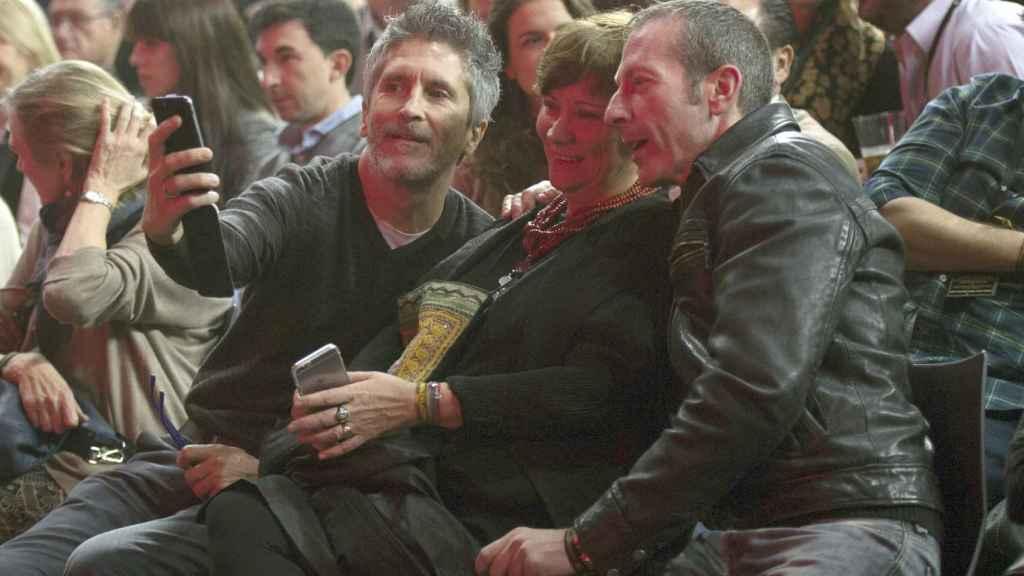 Fernando Grande-Marlaska y su marido Gorka haciéndose un 'selfie' en un concierto.