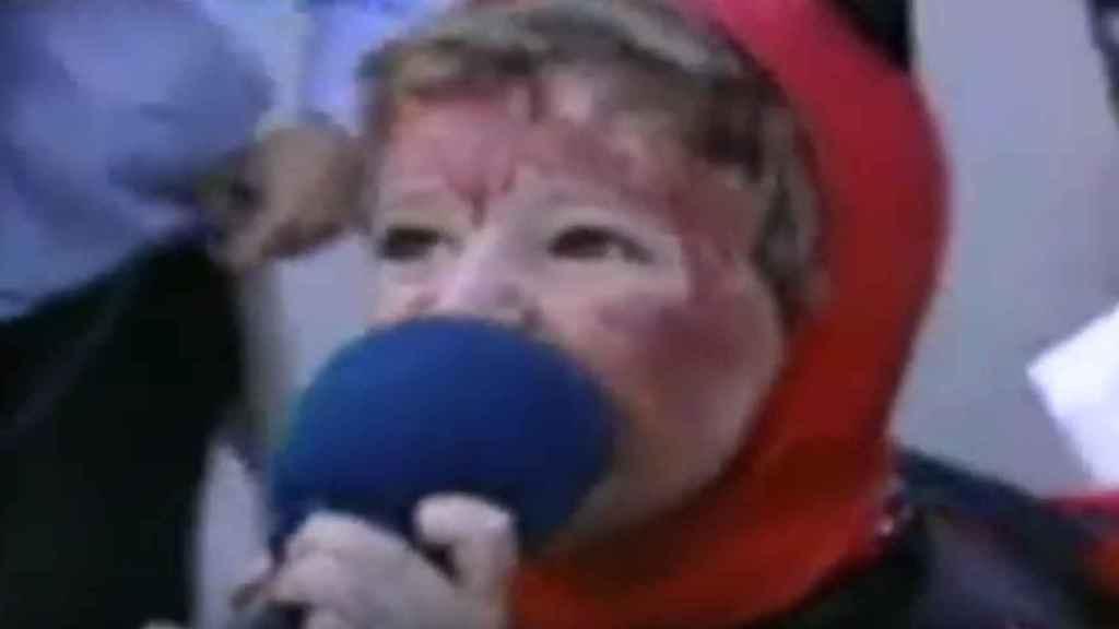 Álex Lequio mordiendo un micrófono.