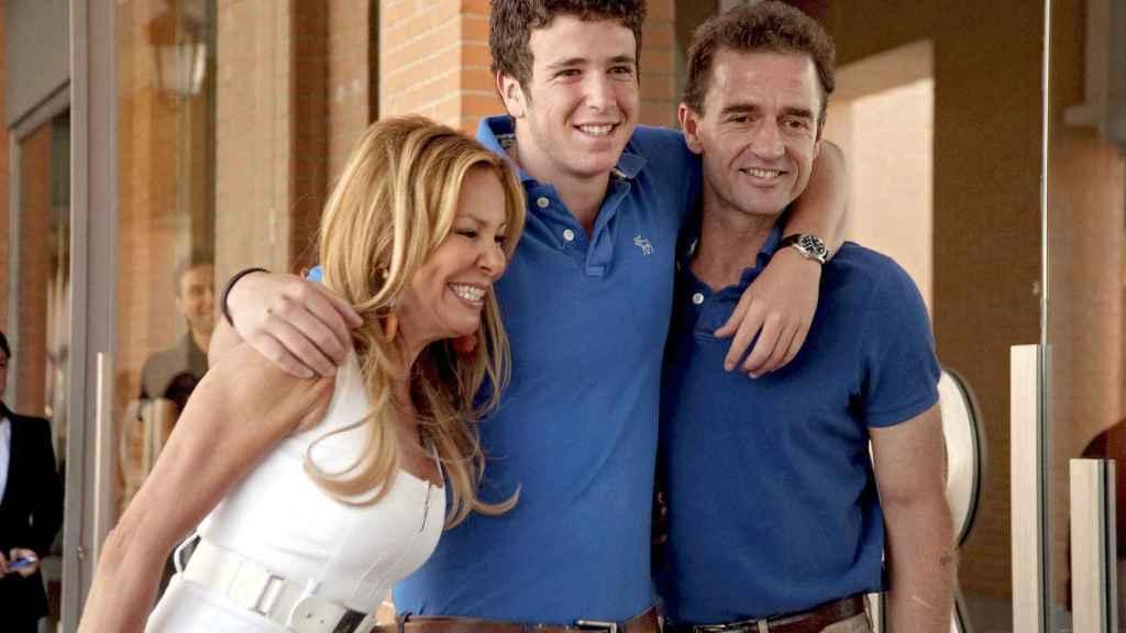 Álex Lequio y sus padres en el aeropuerto Madrid-Barajas antes de partir a Estados Unidos.