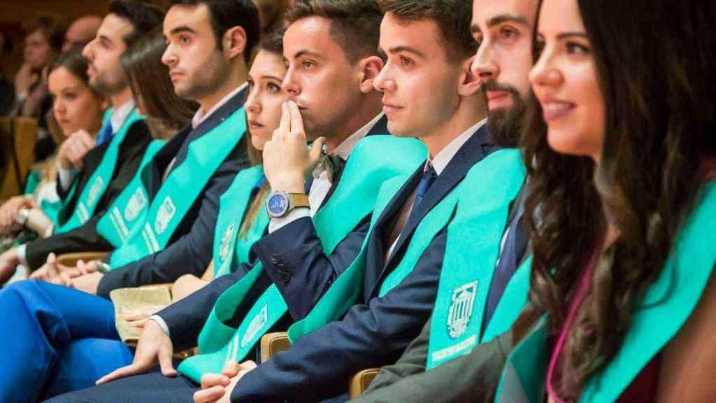 Javier Cánovas (con la mano sobre los labios) durante su graduación.