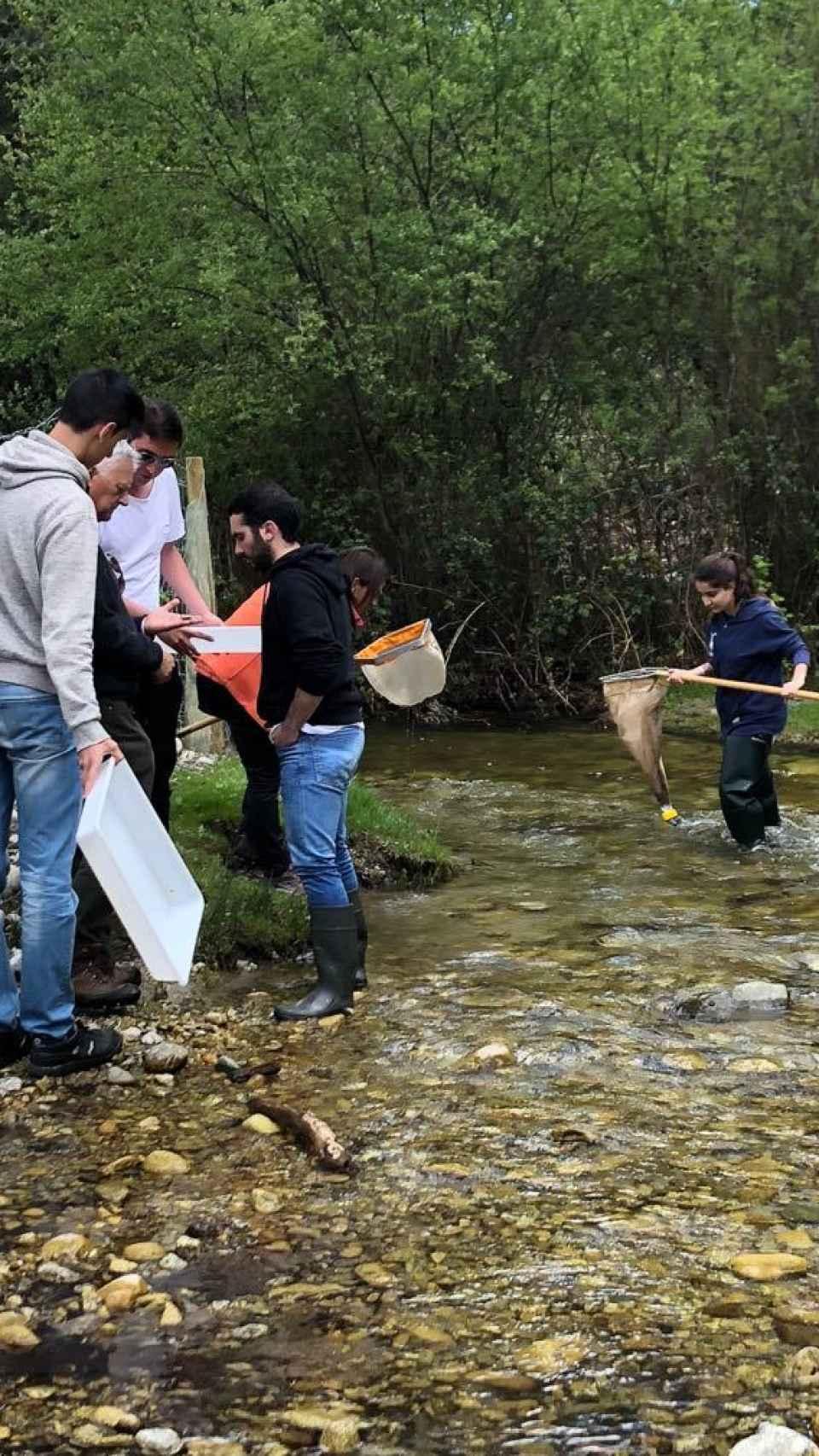 Alumnos de Ciencias Ambientales durante una salida al campo, actividad que consideran esencial.