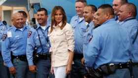 Melania Trump posa con la policía en el aeropuerto mientras sale de la zona fronteriza de EEUU-México en McAllen, Texas.